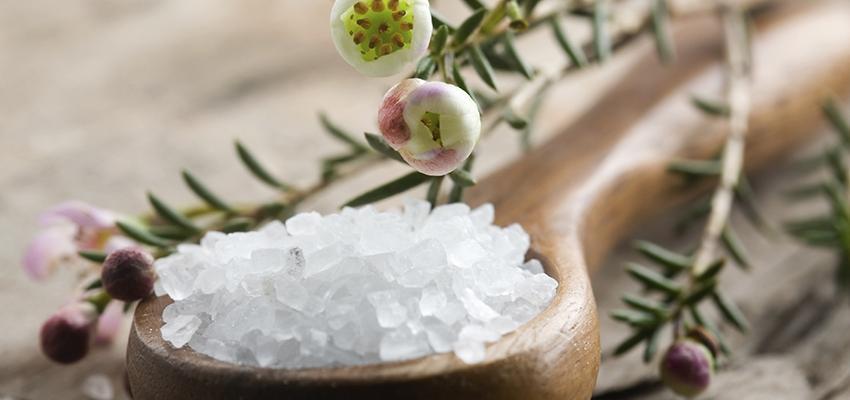 Banho de sal grosso para mente, corpo e alma
