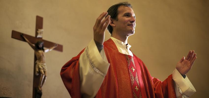 Os padres usam a cor vermelha no domingo de Pentecostes – por quê?