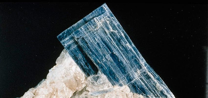 Pedra Cianita: significado místico das suas cores