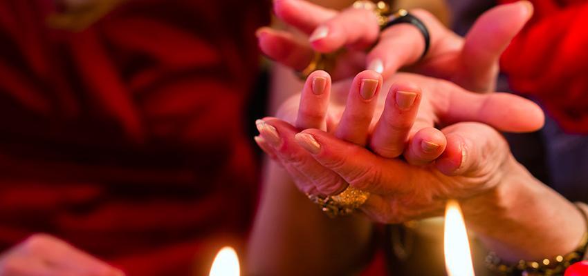 Cigana Iris - a cigana que lê mentes e cura com as mãos