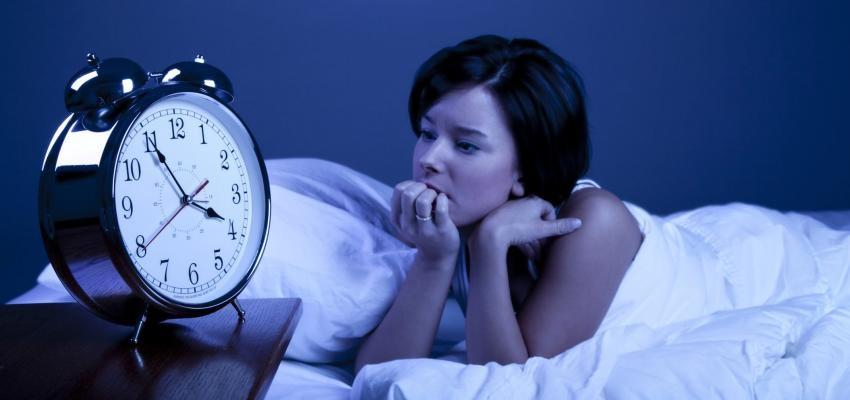 O que significa acordar no meio da noite no mesmo horário?