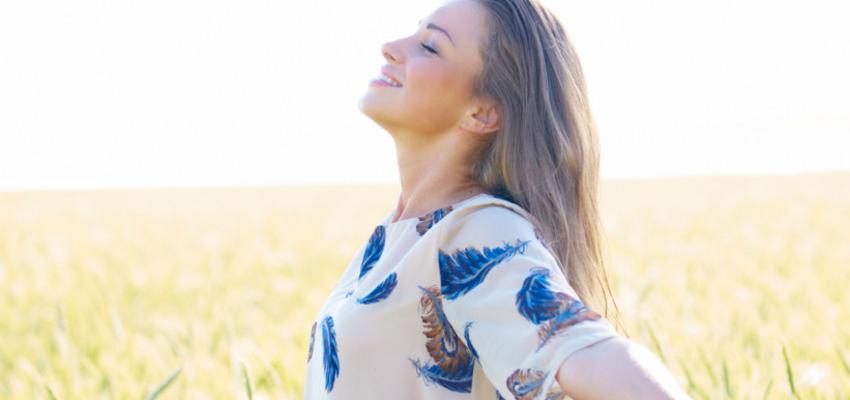 Afaste-se da tristeza – aprenda uma oração poderosa para se sentir mais feliz