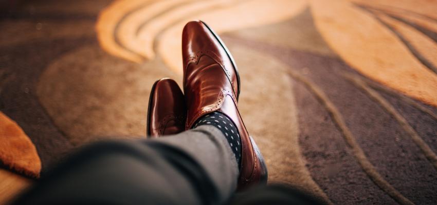 Simpatia do sapato virado para descobrir segredos