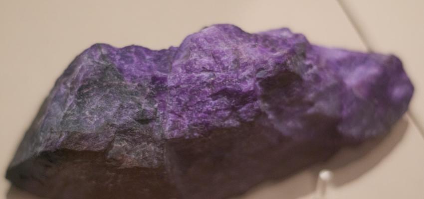 Pedra Sugilita: a rara pedra dos raios violetas de amor